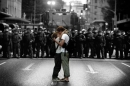 Poster Fotografico Un Bacio di Protesta